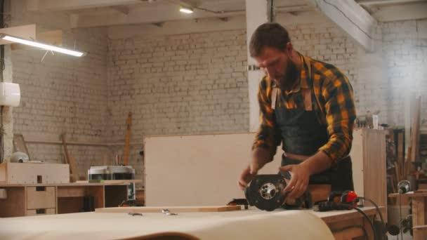 Tesařský průmysl - dělník připravuje brusku na stole