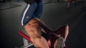 Dospělý muž kulturista školení v tělocvičně ležící na lavičce