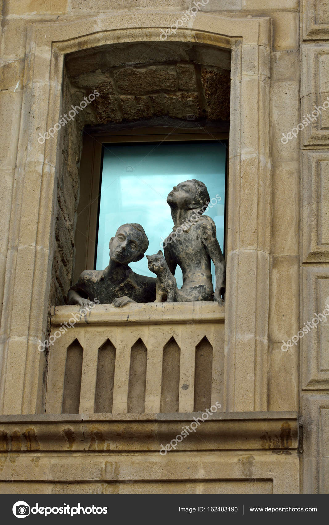 Sculpture of a girl, a boy and a cat looking out of a window in Old Town quarter of Baku. — Foto Stock