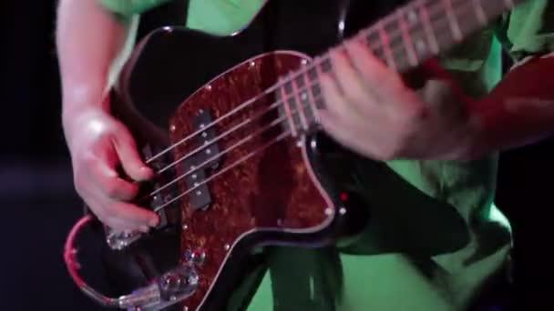 Ember basszusgitáros játszik elektromos gitár, a koncert-színpad