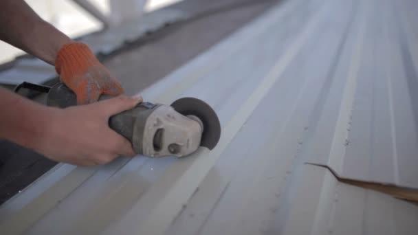 Člověk pracuje kotoučová pila. Mouchy jiskra z roztaveného kovu. Muž pevného přepracovával oceli. Detail ruční a elektrické pily kovu