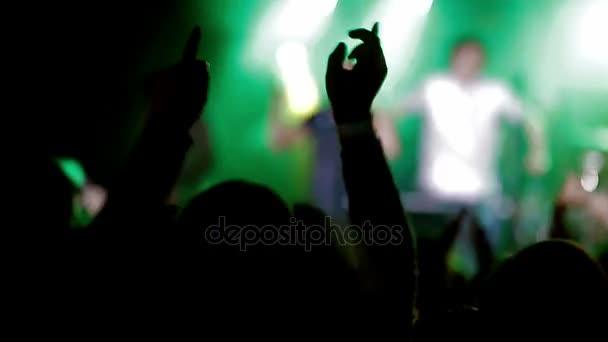 Záběry z davu párty na rockový koncert nebo dj party