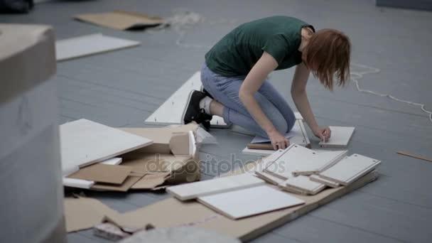Arbeiter Junge Schone Frau Sammelt Eine Holzkonstruktion Auf Dem