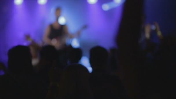 A tömeg, bulizás, egy rock koncert, vagy dj party lassított felvétel