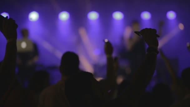 Záběry z davu párty na rockový koncert nebo dj party pomalý pohyb