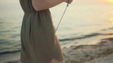 Fiatal gyönyörű turista nő séta a sziget chihuahua kutya. Női séta beach, napsütéses napon