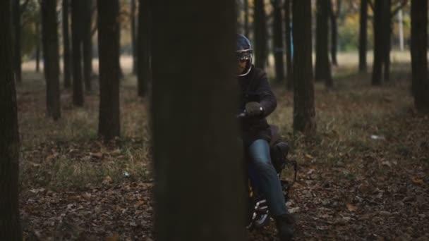 Ember lovaglás régi egyéni café racer motorkerékpár erdő országút naplementekor