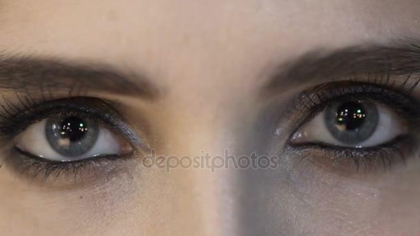 Nahaufnahme der Augen der jungen Frau. Make-up-Modell