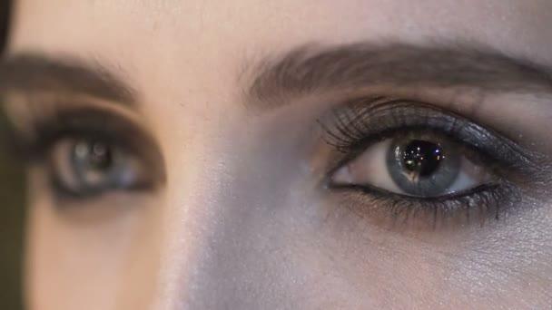 Zavřete oči mladá žena. Make-up model