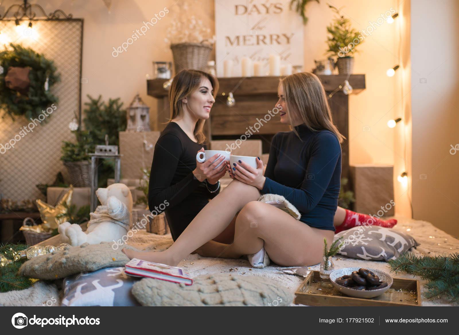 Decorazioni Sala Capodanno : Paio belle giovani donne una sala decorata festeggiare capodanno