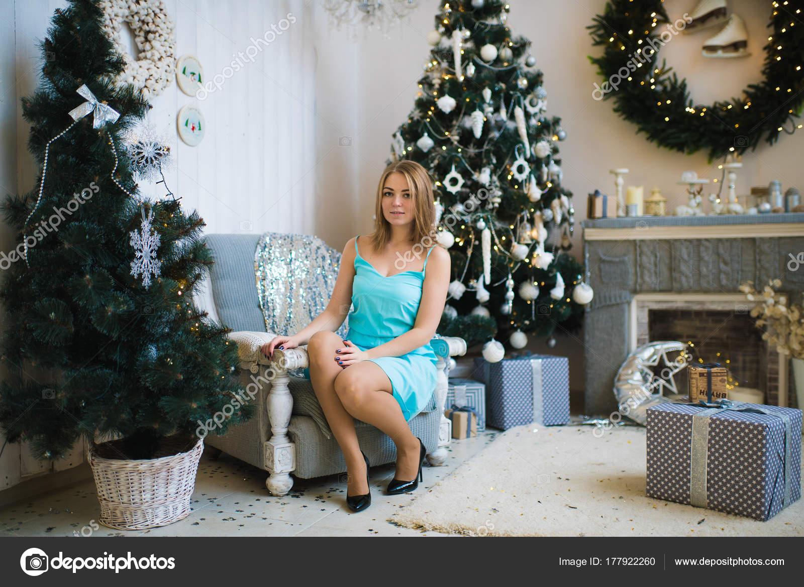 Decorazioni Sala Capodanno : Bella giovane donna una sala decorata festeggiare capodanno natale