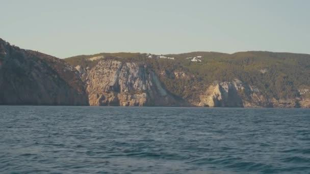 Hihetetlenül szép sziklás tájak Ibiza szigetén a jachtról. tájak a baleári szigeteken. Es Vedra sziget