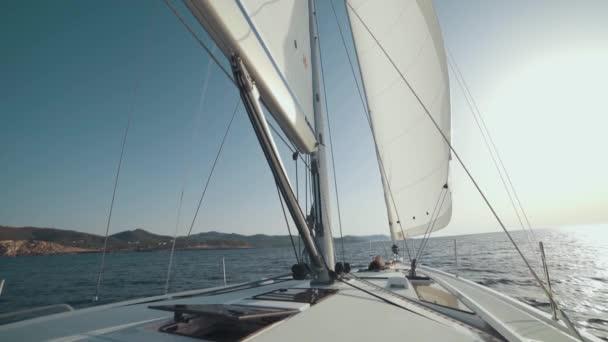 Krásná žena na jachtě se těší na cestu na pozadí ostrovů Ibiza nebo Mallorca. Luxusní jachta poblíž baleárských ostrovů. Zpomalený pohyb