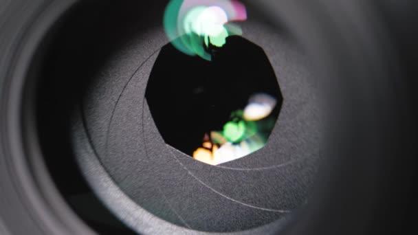 Kameraobjektiv-Blende Nahaufnahme. Öffnen und Schließen der Blendenblätter während des Drehs