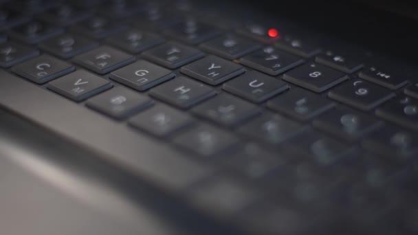 Laptopbillentyűzet közelkép. Közvetlen felvétel asztali kulcsokról