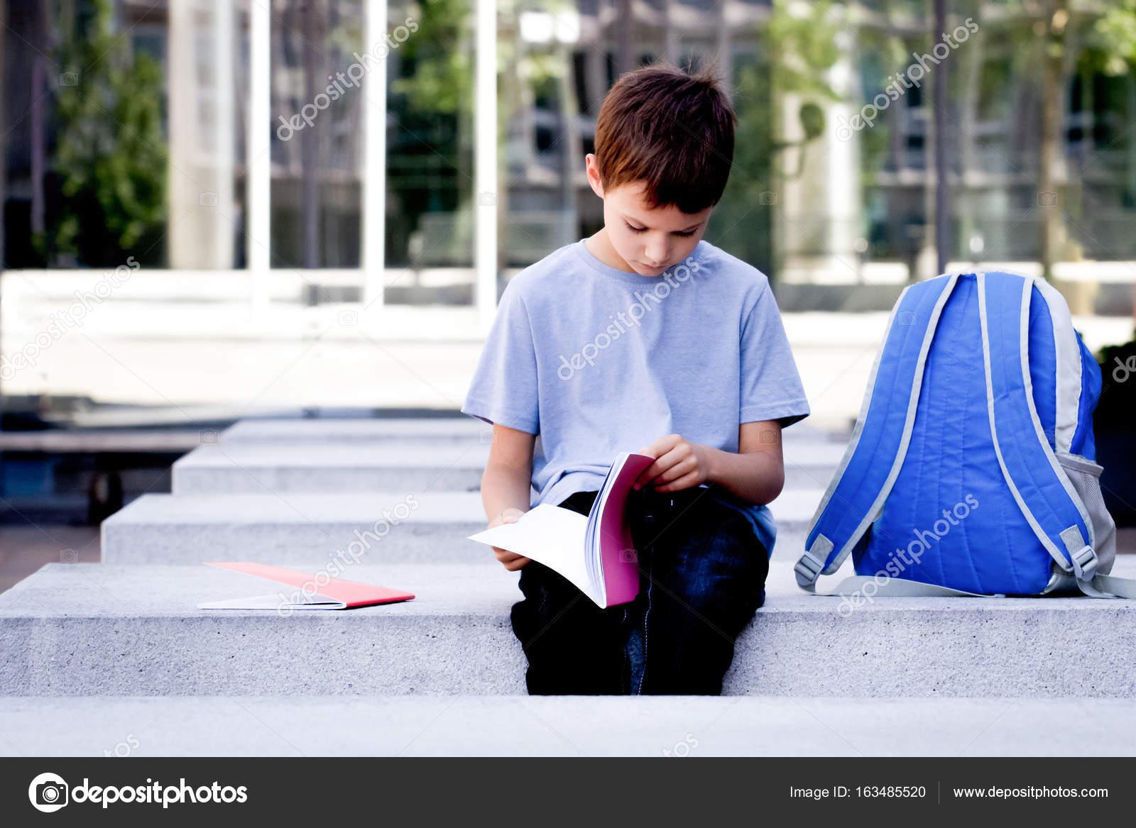 Niño Hojear Páginas Del Libro. Niño Leyendo Libro Y Hacer