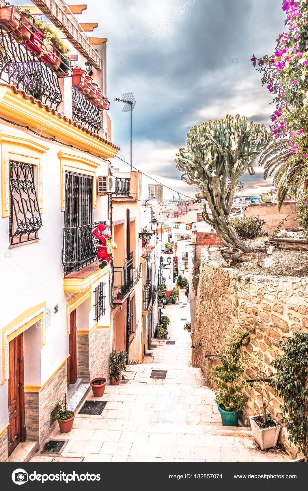 Alicante espanha 31 de dezembro de 2017 bela rua velha - Stock uno alicante ...
