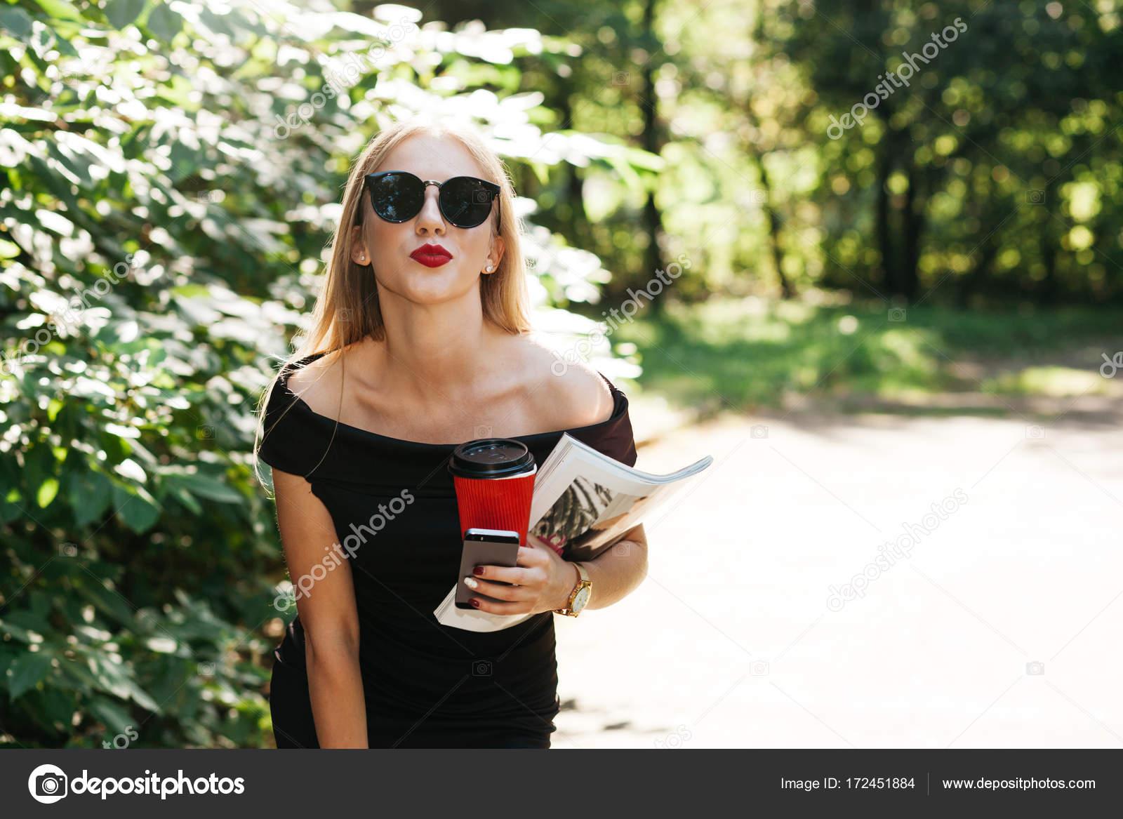b17ec01c79 γυναίκα στο μικρό μαύρο φόρεμα και γυαλιά ηλίου — Φωτογραφία Αρχείου ...
