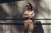 Portré stílusos lány visel női Overalls és fekete napszemüveg