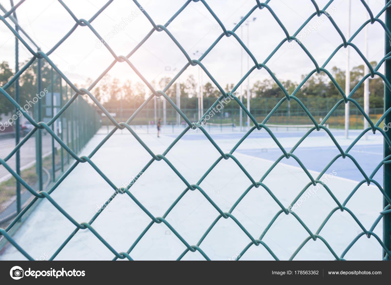 Stahl-Maschendraht Zaun oder eine Mauer Muster und Tennisplatz ...