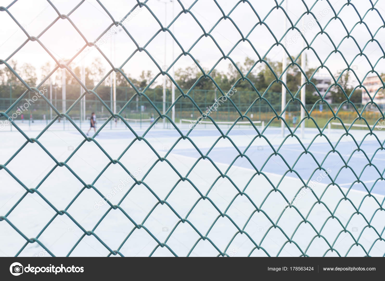 steel wire mesh fence or wall patterns and tennis court — Stock ...