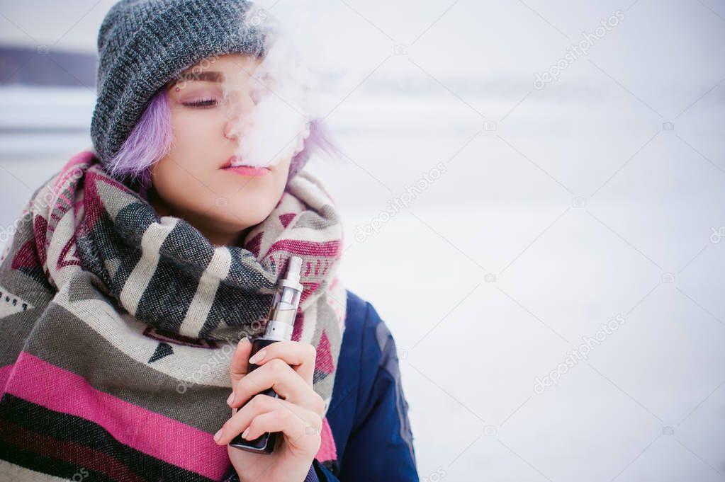 Vaping lány. tél utca portréja nő csípő bda76b266c