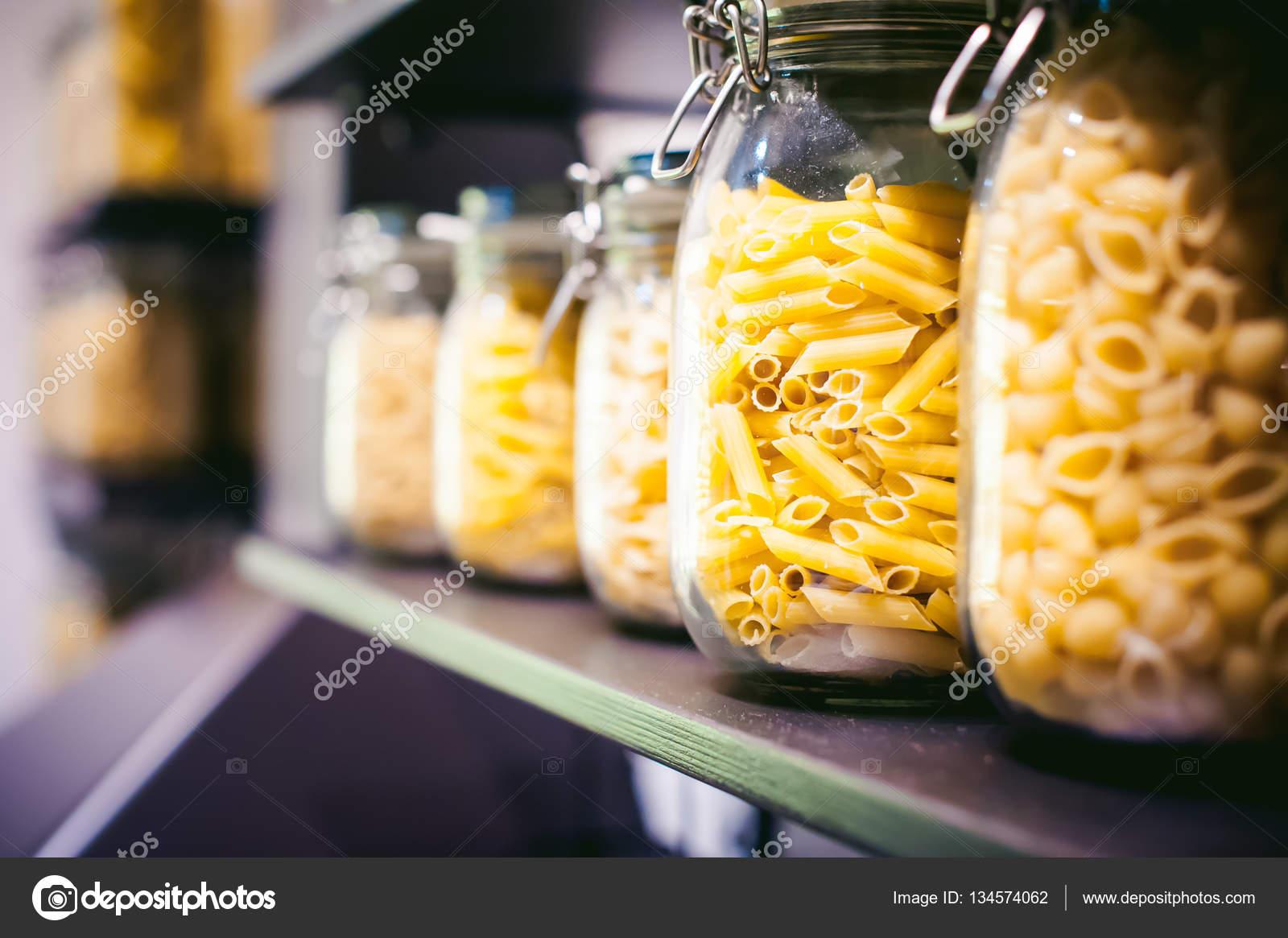 pasta nel vaso. sulla cucina scaffali sono diversi tipi di pasta in ...