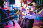 hudebník hraje výkon saxofon na koncertě