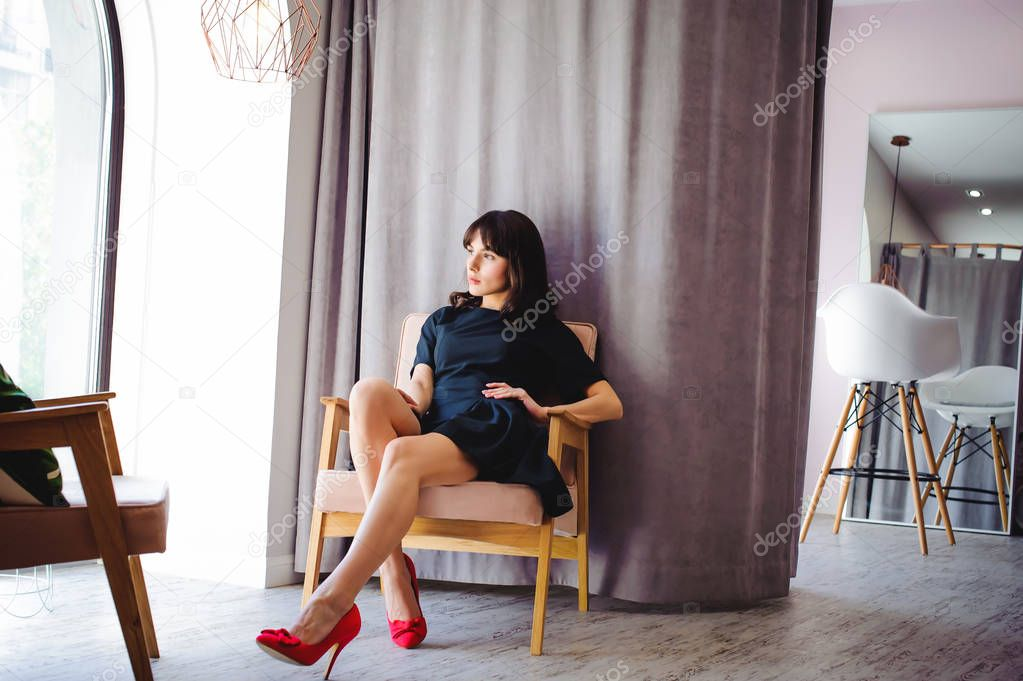 Фото девушка сидит в мини юбке ждет