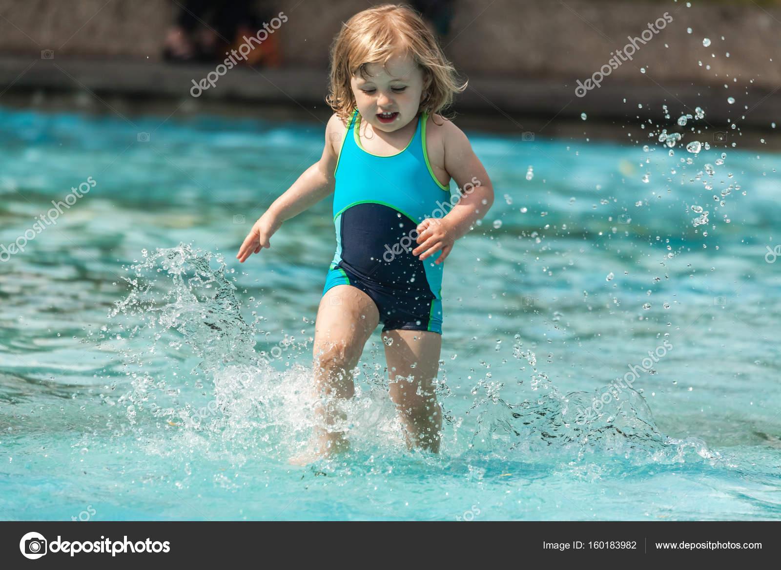 Kleines Mädchen In Einem öffentlichen Schwimmbad Für Kinder U2014 Stockfoto