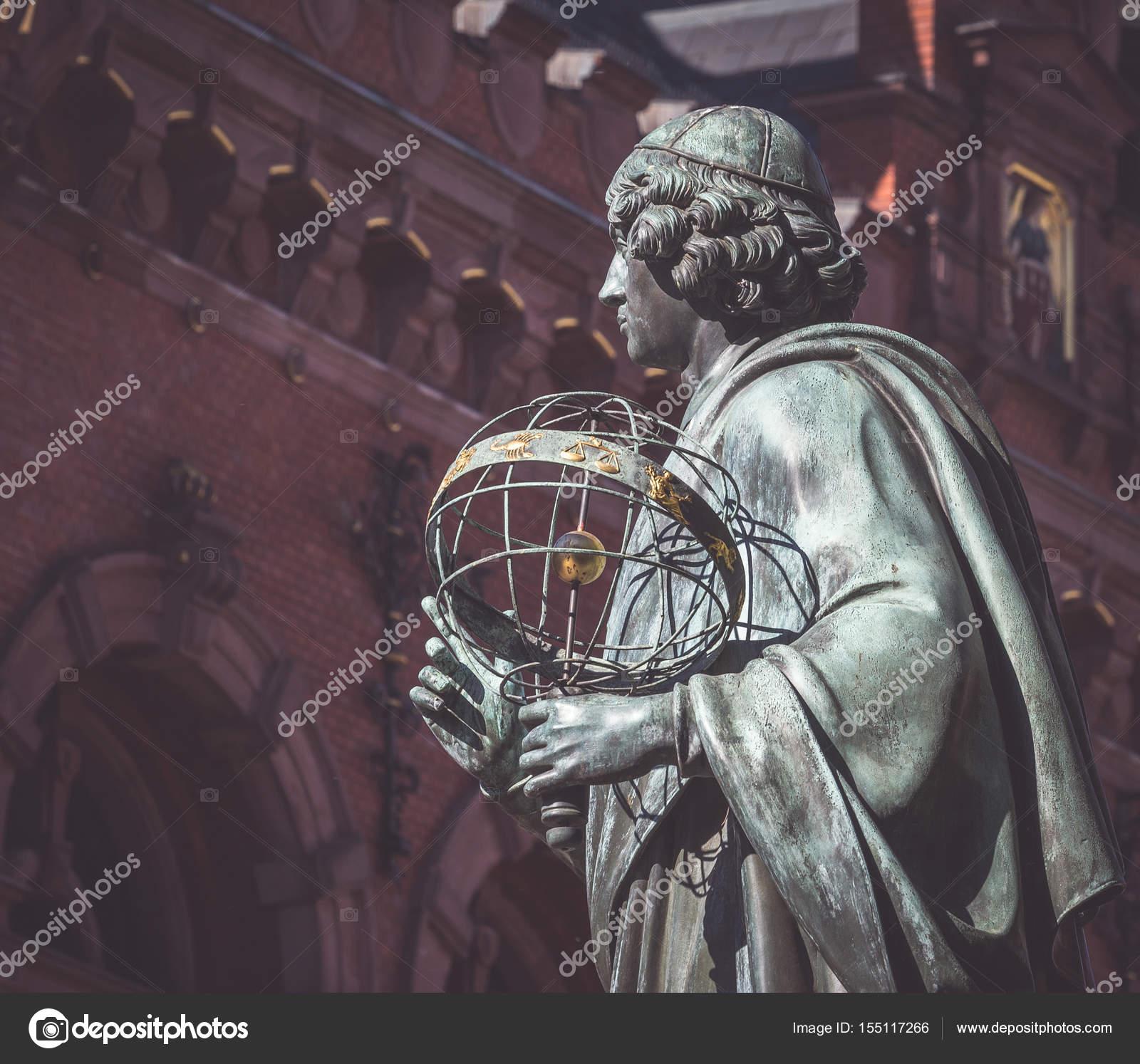 Pomnik Mikołaja Kopernika W Centrum Torunia Polska Zdjęcie