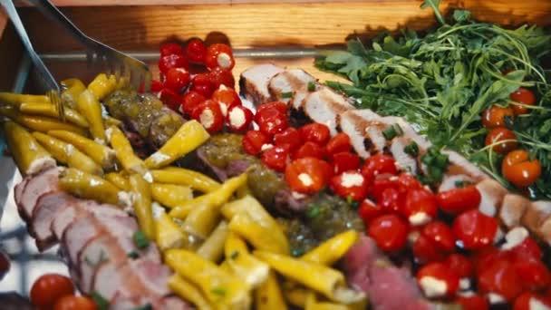 formou bufetu, maso a zelenina
