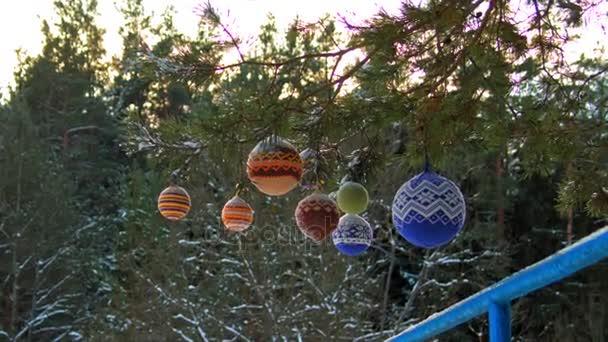 Karácsonyi golyó lógott a fenyő ágak hóval