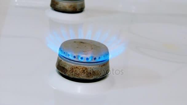 starý plynový sporák hořák svítí