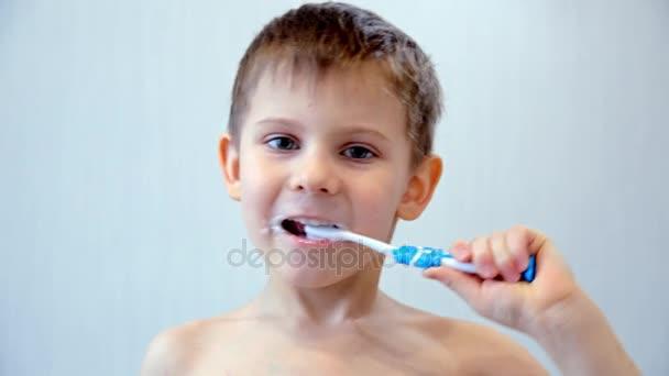 ten čistí zuby kartáč