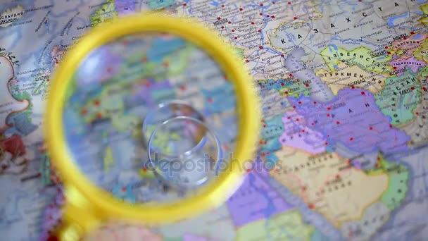 Snubní prsteny leží na mapě