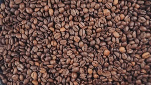 Kávová zrna closeup, obilí, pádu, pomalý pohyb