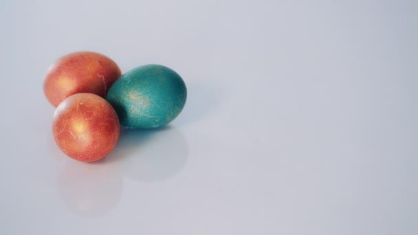 Vörös és zöld húsvéti tojás, fehér háttér. Dolly lövés