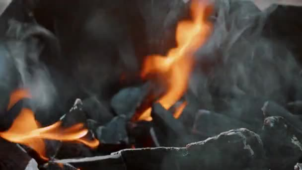 plamen. oheň hoří v grilu. Grilování, gril. Zpomalený pohyb