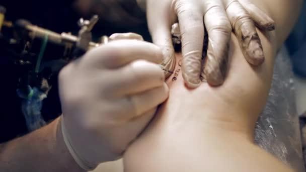 eine Tattoo auf dem Arm zu machen