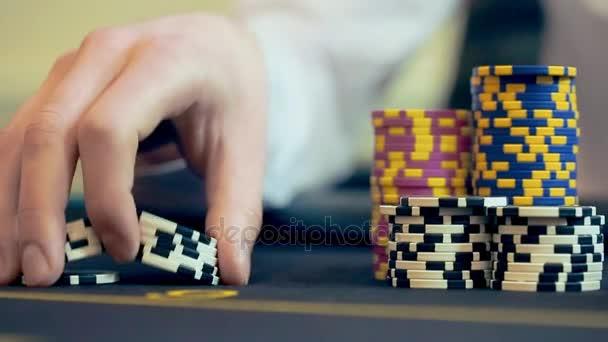 Casinò: Uomo giocando a poker, eccitato, si trasforma in mano gettoni casinò. Chiuda in su,