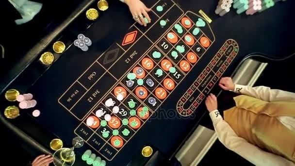 Casino: ruleta hráči u stolu, pohled shora. shot jeřábu