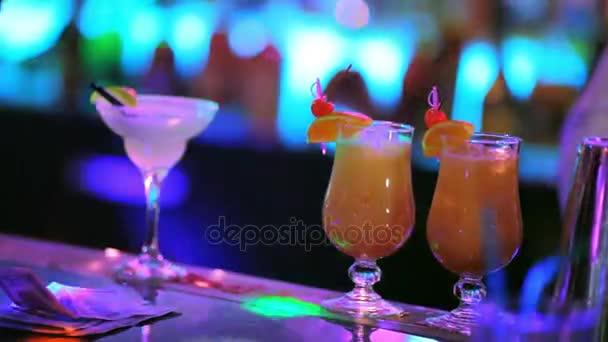 Gelbe Cocktails an der Bar