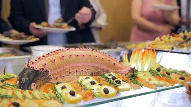 restaurace hosté vybírat jídlo formou bufetu