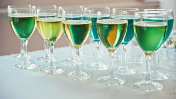 Apéro: sind Gläser mit cocktails