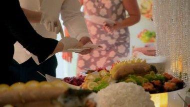 bufet: šéfkuchař rozřezat ryby