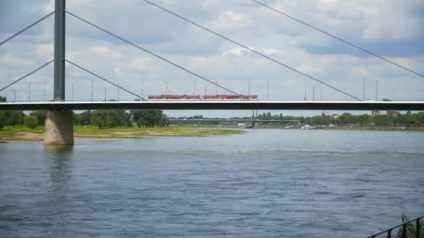 Deutschland: die Rheinpromenade in Düsseldorf