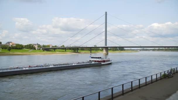 Deutschland: die Rheinuferpromenade in Düsseldorf
