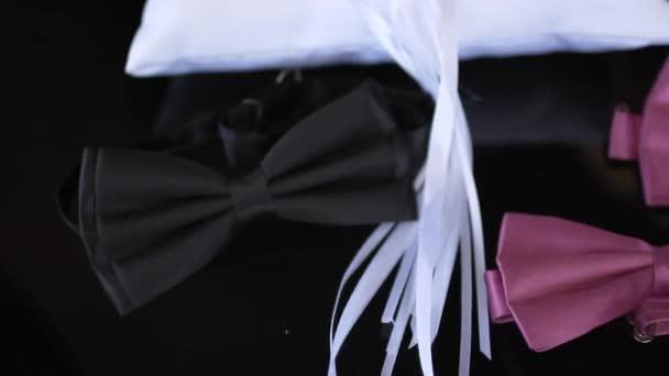 Svatební kytice a kroužky na černém pozadí
