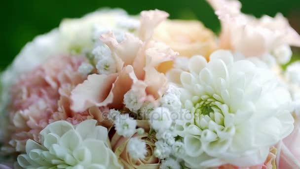 krásné svatební kytice na pozadí zeleň